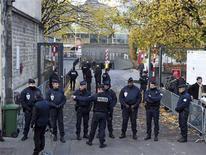 <p>Devant le palais de justice de Bordeaux, où Nicolas Sarkozy est arrivé jeudi matin en vue d'une possible mise en examen dans l'enquête sur la fortune de l'héritière de L'Oréal Liliane Bettencourt. L'ancien chef de l'Etat doit être interrogé par le juge d'instruction Jean-Michel Gentil. /Photo prise le 22 novembre 2012/REUTERS/Régis Duvignau</p>