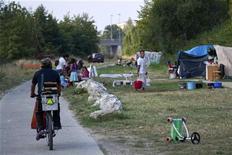 <p>Un camp de Roms établi sur les berges de la Garonne à Toulouse a été évacué jeudi, en lien avec des associations d'aide qui soulignent que toutes les familles seront relogées. /Photo prise le 11 septembre 2012/REUTERS/Bruno Martin</p>