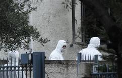 Policiais gregos buscam evidências após bomba explodir em frente à casa de promotor público. 22/11/2012 REUTERS/John Kolesidis