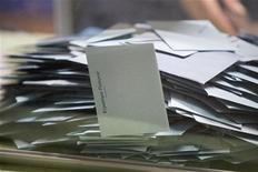 <p>Les députés français ont adopté jeudi à l'unanimité une proposition de loi centriste qui vise à reconnaître le vote blanc et à le distinguer du vote nul aux élections. Un amendement précise cependant que les votes blancs ne seront pas comptabilisés dans les suffrages exprimés. /Photo d'archives/REUTERS/Ronan Lietar</p>