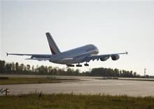<p>Air France-KLM poursuit son envolée (+2,54%), Barclays relevant fortement son objectif de cours sur la valeur en estimant que le groupe offre un potentiel de croissance de ses résultats supérieur à l'allemand Lufthansa grâce à ses efforts de réduction de coûts. Depuis son plus bas de l'année touché mi-juin à 3,011 euros, l'action a plus que doublé. /Photo d'archives/REUTERS/Christian Charisius</p>