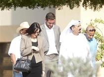 Rebecca Blake (E) e Conor McRedmond (C) caminham com advogado Shaker al-Shammary do lado de fora da corte, em Dubai. Uma mulher britânica e um homem irlandês, acusados de realizarem atos sexuais em um táxi de Dubai, foram condenados nesta quinta-feira a três meses de prisão e depois a deportação. 22/11/2012 REUTERS/Jumana ElHeloueh