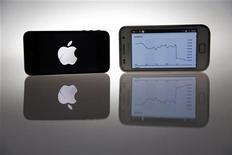 <p>Un iPhone 4s d'Apple et un Samsung Galaxy S. La justice américaine a ordonné à Apple de dévoiler à son concurrent Samsung Electronics les détails de l'accord juridique conclu avec le groupe taiwanais HTC et réglant l'ensemble de leurs contentieux sur les brevets. /Photo prise le 27 août 2012/REUTERS/Pawel Kopczynski</p>