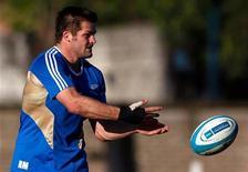 <p>La Nouvelle-Zélande pourra compter sur le retour de son capitaine Richie McCaw (photo) et de son demi d'ouverture Dan Carter pour affronter samedi le Pays de Galles, vainqueur du dernier Tournoi des Six Nations. /Photo prise le 27 septembre 2012/REUTERS/Marcos Brindicci</p>
