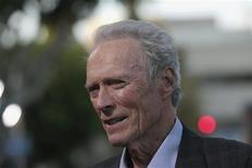 """Membro do elenco, Clint Eastwood participa da premiere do filme """"Curvas da Vida"""" em Los Angeles, Califórnia. Uma ligeira dificuldade para o público brasileiro se ligar de imediato em """"Curvas da Vida"""" é por se tratar de um filme sobre beisebol, esporte com escassa popularidade no país. A compensação é contar na liderança do elenco com o veterano Clint Eastwood, de 82 anos, voltando a atuar depois de quatro anos --não o fazia desde """"Gran Torino"""" (2008), quando tinha prometido não voltar a aparecer diante da câmera. 19/09/2012 REUTERS/Mario Anzuoni"""