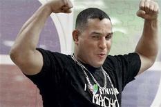 """O tricampeão mundial de boxe de Porto Rico Hector """"Macho"""" Camacho posa durante filmagem do programa Upfront, em Guaynabo. Camacho, de 50 anos, sofreu morte cerebral após levar um tiro em Porto Rico, informou o médico dele nesta quinta-feira. Foto de Arquivo. 14/10/2010 REUTERS/Alvin Baez"""
