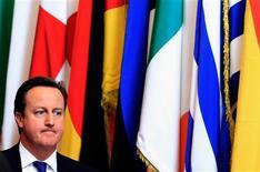 Puede que la Unión Europea haya ganado el premio Nobel de la Paz este año, pero para muchos líderes de la UE, diplomáticos e incluso periodistas, el grupo puede parecer más bien una cámara de tortura. En la imagen, el primer ministro británico, David Cameron, sale de la sede del consejo europeo para un cumbre de líderes de la UE en Bruselas, el 22 de noviembre de 2012. REUTERS/Yves Herman