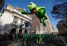 Millones de personas salieron a las calles de Nueva York el jueves para presenciar el desfile del Día de Acción de Gracias organizado por Macy's, el mayor acontecimiento realizado en la ciudad desde que la tormenta Sandy causara daños masivos en la región. En la imagen, un globo de la rana Gustavo flota sobre el oste del Central Park en el desfile de Acción de Gracias en Nueva York de 22 de noviembre 2012. REUTERS/Gary Hershorn