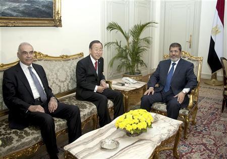 Egypt's President Mohamed Mursi (R), Egypt's Foreign Minister Mohamed Kamel Amr and U.N. Secretary-General Ban Ki-moon (C) meet at the presidential palace in Cairo November 21, 2012. REUTERS/Egyptian Presidency/Handout
