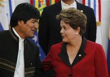 Presidente boliviano, Evo Morales, conversa com a presidente Dilma Rouseff durante conferência anual do Mercosul em Mendoza, na Argentina, em junho. A Bolívia aceitou o convite oficial para se tornar um membro pleno do bloco sul-americano Mercosul e espera que os acordos referentes sejam assinados durante uma cúpula de líderes da região em dezembro, disse Morales nesta quinta-feira. 29/06/2012 REUTERS/Enrique Marcarian