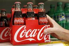 Funcionário arruma garrafas de Coca Cola em loja dos EUA, em outubro. A Coca Cola vai entrar na Fórmula 1 com sua marca de energéticos Burn através de um acordo com a Lotus, equipe do ex-campeão mundial Kimi Raikkonen, anunciou a empresa nesta quinta-feira. 26/10/2012 REUTERS/Kevin Lamarque