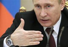 Президент России Владимир Путин на заседании Совета безопасности в Москве 21 ноября 2012 года. Президент РФ Владимир Путин согласился на предложение правительства консолидировать управление энергосетями страны на базе компании Холдинга МРСК, который будет переименован в Российские сети. REUTERS/Mikhail Metzel/Pool