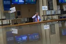 La bolsa española abrió el viernes con leves caídas en un entorno volátil, lastrado por un sector bancario tras una revisión de los ratings de bancos españoles por parte de Standard and Poor's, mientras el mercado mantenía cierta atonía por los cierres festivos de anoche en Wall Street y Tokio. En la imagen de archivo, un operador en la Bolsa de Madrid, el 6 de agosto de 2012. REUTERS/Susana Vera