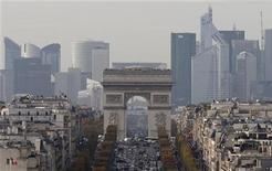 """Вид на Триумфальную арку и квартал Дефанс в Париже 20 ноября 2012 года. Рейтинговое агентство Standard & Poor's подтвердило долгосрочный рейтинг Франции на уровне """"AA+"""" с негативным прогнозом, но предупредило, что Парижу, скорее всего, не удастся достичь целевого бюджетного дефицита в 2013 году. REUTERS/Christian Hartmann"""