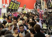 Multidão lotou loja da Target em Burbank, Califórnia, na Black Frigay antecipada para quinta-feira. 22/11/2012 REUTERS/Jonathan Alcorn
