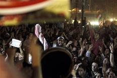 Un decreto de amplio alcance emitido por el presidente egipcio Mohamed Mursi plantea dudas muy serias sobre derechos humanos, dijo el viernes un portavoz del comisario de Derechos Humanos de la ONU, Navi Pillay. En la imagen, manifestantes se reúnen frente la oficina del fiscal general en apoyo a la decisión del presidente egipcio Mohamed Mursi de despedir a Abdel Maguid Mahmoud, en El Cairo, el 22 de noviembre de 2012. REUTERS/Mohamed Abd El Ghany