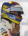 O piloto Esteban Gutierrez do México, ajusta seu capacete antes do primeiro treino do Grande Prêmio de F1 no circuito internacional buddh, em Nova Délhi. Gutiérrez vai correr pela Sauber na próxima temporada da Fórmula 1 ao lado do alemão Nico Hulkenberg, anunciou a equipe nesta sexta-feira. Foto de Arquivo. 26/10/2012 REUTERS/Vivek Prakash