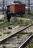 Рабочий идет по шпалам на главной железнодорожной станции Белграда 9 декабря 2009 года. Россия предоставит Сербии пятилетний кредит на инфраструктурные проекты объемом $800 миллионов под 4,1 процента годовых, передали российские агентства со ссылкой на министра финансов РФ Антона Силуанова. REUTERS/Marko Djurica