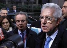 Il premier Mario Monti ieri all'arrivo al Consiglio generale della Ue, a Bruxelles. REUTERS/Sebastien Pirlet