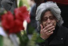 Mulher chora no local onde um homem cometeu suicídio na praça central de Syntagma, em Atenas, em abril. O número de pessoas na Grécia que tentam suicídio está subindo conforme a crise econômica se aprofunda, de acordo com dados oficiais. 05/04/2012 REUTERS/John Kolesidis