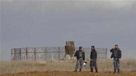 <p>Miembros de las fuerzas de seguridad de Hamas hacen guardia frente a una torre de control israelí evitando que la gente alcance el alambrado entre Israel y el sur de la Franza de Gaza. 23 de noviembre, 2012. El grupo islamista Hamas buscó el viernes reforzar una frágil tregua de dos días al evacuar a palestinos de una zona fronteriza de riesgo en Gaza, después de que Israel matara a tiros a un residente del enclave, la primera víctima fatal desde la entrada en vigor del cese al fuego. REUTERS/ Ibraheem Abu Mustafa</p>