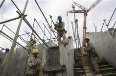 Funcionários trabalham em construção em Salvador, na Bahia. Com a economia ainda sem mostrar sinais consistentes de recuperação, o governo prevê agora que o Brasil abrirá menos vagas formais neste ano: 1,4 milhão de empregos, ante expectativa anterior de 1,5 milhão. 15/05/2012 REUTERS/Lunae Parracho