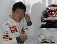 Kamui Kobayashi, el único piloto japonés que compite actualmente en Fórmula Uno, tiene la esperanza de que una campaña a través de una página web le ayude a recaudar fondos para mantenerse en la parrilla de salida la próxima temporada después de que su equipo Sauber no cuente con él. En la imagen, de 26 de octubre, el piloto de Sauber Kamui Kobayashi se prepara para los primeros libres del Gran Premio de India de Fórmula Uno. REUTERS/Vivek Prakash