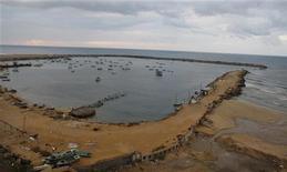 Barcos de pesca são vistos no porto de Gaza. Israel relaxou neste sábado restrições a pescadores em Gaza e implementou um cessar-fogo intermediado pelo Egito após uma semana de intensos confrontos, informaram autoridades palestinas. 24/11/2012 REUTERS/Ahmed Zakot