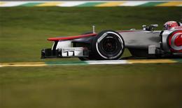 Jenson Button, da McLaren durante o terceiro treino do Grande Prêmio de F1 do Brasil, no circuito de Interlagos em São Paulo. O piloto britânico Jenson Button foi o mais rápido no último treino da temporada de Fórmula 1 no Brasil neste sábado, enquanto o piloto da Red Bull e líder da competição este ano, Sebastian Vettel, foi o segundo. 24/11/2012 REUTERS/Ricardo Moraes