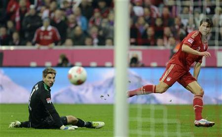 Bayern Munich's Mario Gomez (R) scores a goal against goalkeeper Ron-Robert Zieler of Hanover 96 during their German first division Bundesliga soccer match in Munich November 24, 2012. REUTERS/Michaela Rehle