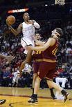 Miami Heat, actual campeón de la NBA, protagonizó una emocionante remontada para mantener vivo su récord de imbatibilidad en casa, imponiéndose a los Cavaliers de Cleveland por 110-108 el sábado. En la imagen, de 24 de noviembre, Ray Allen de Miami Heat entra a canasta ante el defensa de los Cavaliers Jon Leuer. REUTERS/Rhona Wise