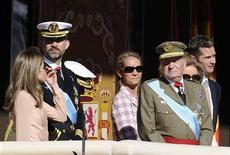 El yerno del Rey de España, Iñaki Urdangarin, alejado de la Casa Real desde su imputación en un caso de corrupción, acompañó el domingo por la tarde a la Reina y a las infantas Elena y su esposa Cristina a visitar al monarca a la clínica madrileña donde se recupera favorablemente de una nueva operación de cadera. En la imagen, (de I-D): la princesa Letizia, el príncipe Felipe, la infanta Elena, el rey Juan Carlos, la reina Sofía y el marido de la infanta Cristina, Iñaki Urdangarin, en el desfile militar del Día Nacional, en Madrid, en una foto de archivo del 21 de octubre de 2010. REUTERS/