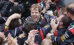 O alemão Sebastian Vettel, da Red Bull comemora a vitória do campeonato mundial após terminar o GP Brasil de Fórmula 1 no circuito de Interlagos, em São Paulo. 25/11/2012 REUTERS/Sergio Moraes