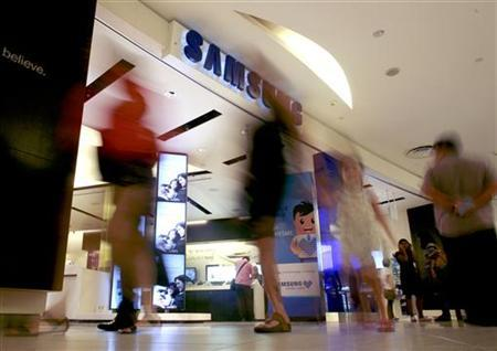People walk past a Samsung store in Singapore September 4, 2012. REUTERS/Thomas White/Files