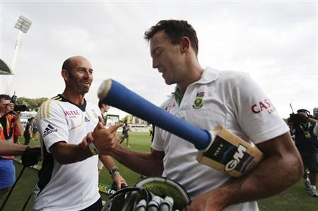 South Africa's Faf du Plessis (R) leaves the Adelaide cricket ground at the end of the fifth day's play of the second test cricket match against Australia November 26, 2012. REUTERS/Regi Varghese
