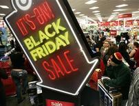 """Покупатели в магазине Target в День благодарения в Бербанке в Калифорнии 22 ноября 2012 года. Розничные продажи через интернет в """"черную пятницу"""" - первый день сезона предпраздничных рождественских скидок в США - впервые превысили $1 миллиард, сообщила аналитическая компания comScore Inc в воскресенье. REUTERS/Jonathan Alcorn"""