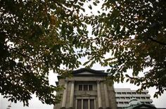 Здание Банка Японии в Токио 19 ноября 2012 года. Раскол в Банке Японии стал очевиден в понедельник: новоприбывшие регуляторы добиваются более активного смягчения политики, так как давление на Центробанк усилилось в преддверии выборов в декабре. REUTERS/Toru Hanai