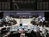 Трейдеры на торгах фондовой биржи во Франкфурте-на-Майне 16 ноября 2012 года. Европейские рынки акций открылись снижением. REUTERS/Remote/Lizza David