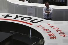 Участник торгов на Токийской фондовой бирже 5 ноября 2012 года. Азиатские фондовые рынки, кроме Японии, снизились в понедельник из-за фиксации прибыли и накануне совещания министров финансов еврозоны по поводу Греции. REUTERS/Issei Kato