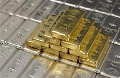 Слитки золота и серебра на заводе Oegussa в Вене 26 августа 2011 года. Золото дешевеет из-за фиксации прибыли после роста до месячного максимума в пятницу. REUTERS/Lisi Niesner
