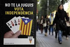 Щит с предвыборными лозунгами каталонских сепаратистов в Барселоне 16 ноября 2012 года. Сепаратисты в испанской Каталонии выиграли региональные выборы, но не смогли получить мандат на проведение референдума о независимости, который угрожает добавить к экономическим проблемам Испании политическую неопределенность. REUTERS/Albert Gea