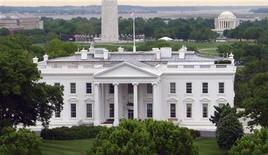 Вид на Белый дом в Вашингтоне 1 мая 2011 года. Если Конгресс США допустит повышение налогов для семей среднего класса, потребители в следующем году потратят на $200 миллиардов меньше, говорится в бюджетном докладе Белого дома. REUTERS/Gary Hershorn