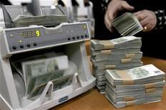 Женщина пересчитывает купюры в Национальном банке Грузии в Тбилиси 31 декабря 2008 года. Новое правительство Грузии ожидает двузначного экономического роста в течение ближайших двух-трех лет на фоне реформ, стимулирующих развитие среднего бизнеса, устранения монополий, развития фондовой биржи и привлечения инвестиций. REUTERS/David Mdzinarishvili