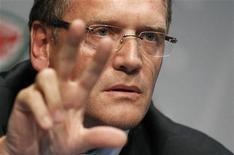 Secretário-geral da Fifa, Jérôme Valcke, gesticula durante coletiva de imprensa na Suíça, em julho. O Brasil foi alertado pela entidade nesta segunda-feira a começar a se preocupar com a recepção de cerca de 500.000 torcedores para a Copa do Mundo de 2014. 05/07/2012 REUTERS/Michael Buholzer