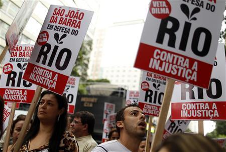Thousands march in Rio over oil dispute, pressuring Rousseff