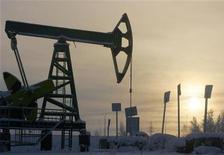 Станок-качалка Юкоса на закате под Нефтеюганском 19 декабря 2004 года. Цены на эталонную нефть Brent превысили $111 за баррель благодаря тому, что международные кредиторы Греции договорились о сокращении ее задолженности. REUTERS/Sergei Karpukhin