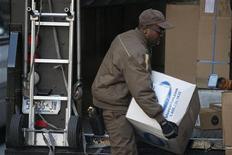 """Сотрудник UPS разгружает грузовик компании в Нью-Йорке 26 ноября 2012 года. Интернет-продажи подскочили в так называемый """"кибер-понедельник"""", указывая на переориентацию потребительского спроса в текущем сезоне рождественских распродаж. REUTERS/Keith Bedford"""