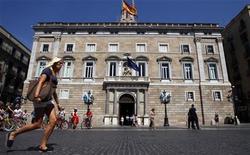 Cataluña podría necesitar más fondos para cubrir las obligaciones de sus bancos domésticos a pesar de que las autoridades españolas dijeran que ampliarán el Fondo de Liquidez Autonómico en 2013, dijo la agencia de calificaciones Fitch. En la imagen de archivo, el Palau de la Generalitat en Barcelona, el 29 de junio de 2010. REUTERS/Albert Gea