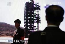 Homem sul-coreano observa na TV lançamento de foguete pela Coreia do Norte, em estação de trem em Seul. Uma nova imagem de satélite mostra um acentuado aumento na atividade em uma base de lançamento de mísseis da Coreia do Norte, apontando para um possível teste de míssil balístico de longo alcance pelo governo norte-coreano nas próximas três semanas. 13/04/2012 REUTERS/Kim Hong-Ji