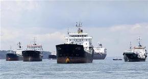 Нефтеналивные танкеры близ Сингапура 18 апреля 2012 года. Цены на эталонную нефть Brent держатся вблизи $111 за баррель благодаря тому, что международные кредиторы Греции договорились о сокращении ее задолженности. REUTERS/Tim Chong